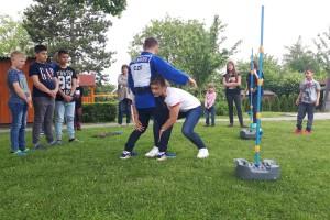 ČON - Sportovci rozvezli s Českou olympijskou nadací školní a výtvarné potřeby do dětských domovů
